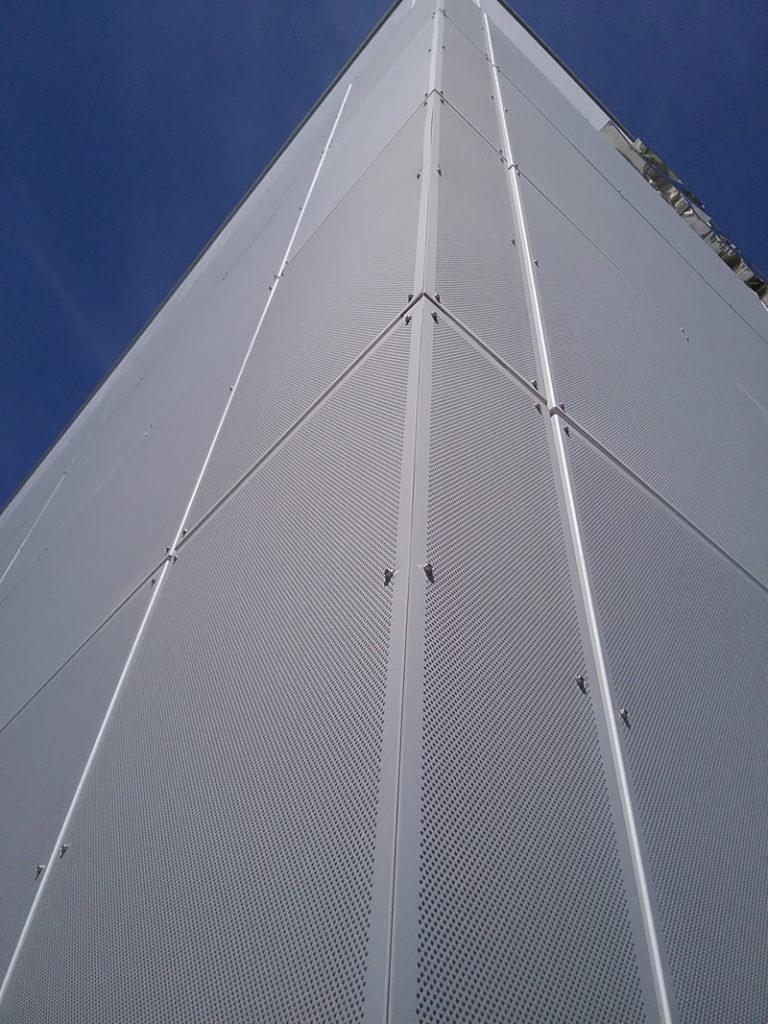Imagen de fachada de la nueva fábrica Conservas La Brújula de cerca