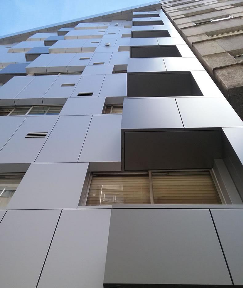 Imagen del edificio en Santiago de Compostela que destaca por su fachada LEMA STACBOND FR