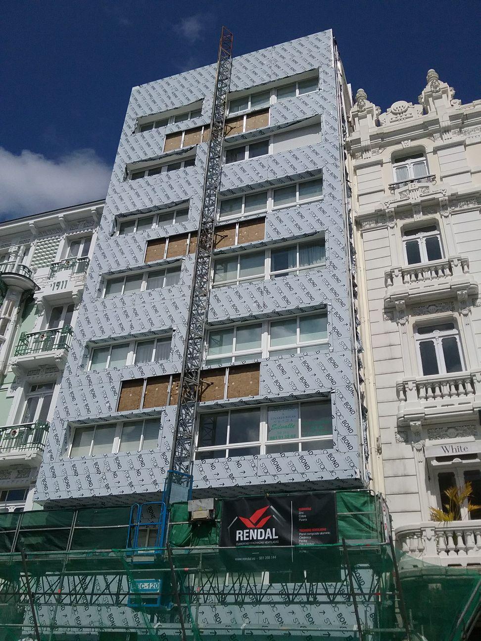 Imagen fachada ventilada con panel composite LEMA STACBOND en edificio de Coruña