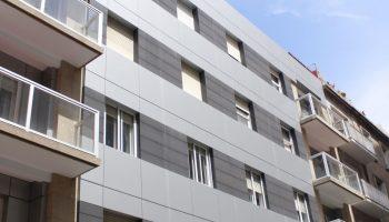 Imagen de fachada ventilada LEMA STACBOND en Vigo combinada con panel cerámico estrusionado