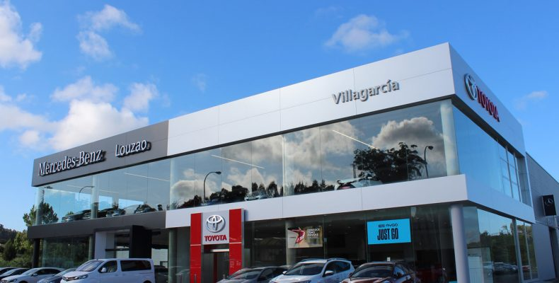 Imagen de los concesionarios Mercedes y Toyota del Grupo Louzao en Vilagarcía con fachadas LEMA STACBOND