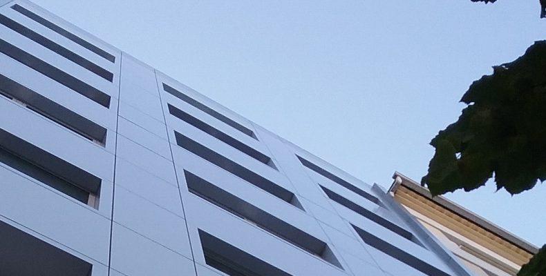 Imagen de las fachadas del edificio en Santiago con Fachadas ligeras