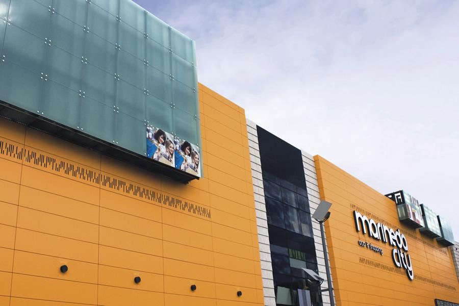 Imagen de la fachada de Marineda City de color amarillo LEMA STACBOND