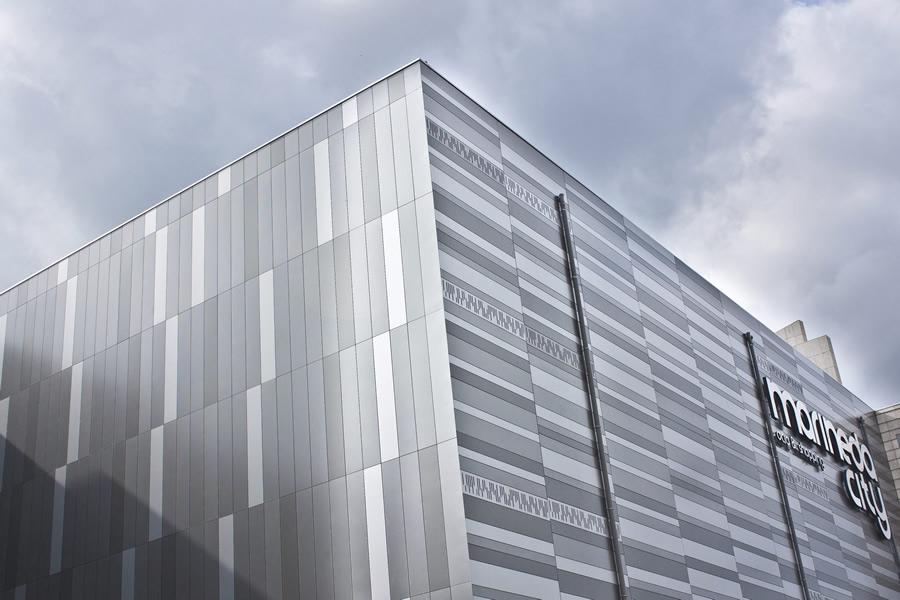 Imagen de la fachada de Marineda City de de tonos grises LEMA STACBOND