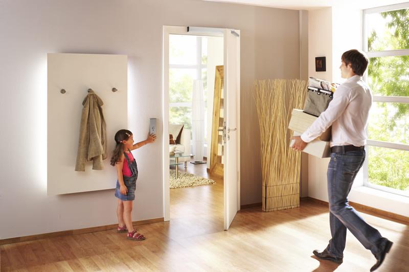 Puertas automáticas con GEZE EC Turn, abrir y cerrar puertas de forma confortable - movilidad reducida