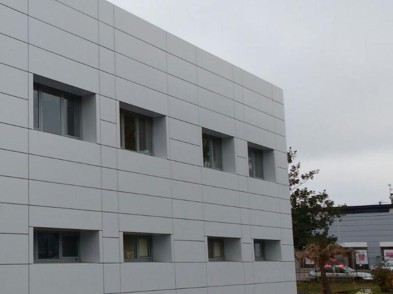 Instalación fachada ventilada LEMA STACBOND PE en Coren Ourense