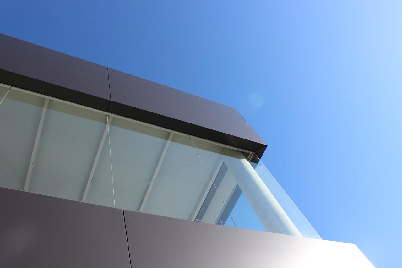 Imagen de detalle de una de las esquinas del edificio del concesionario Mercedes con fachada ventilada LEMA STACBOND