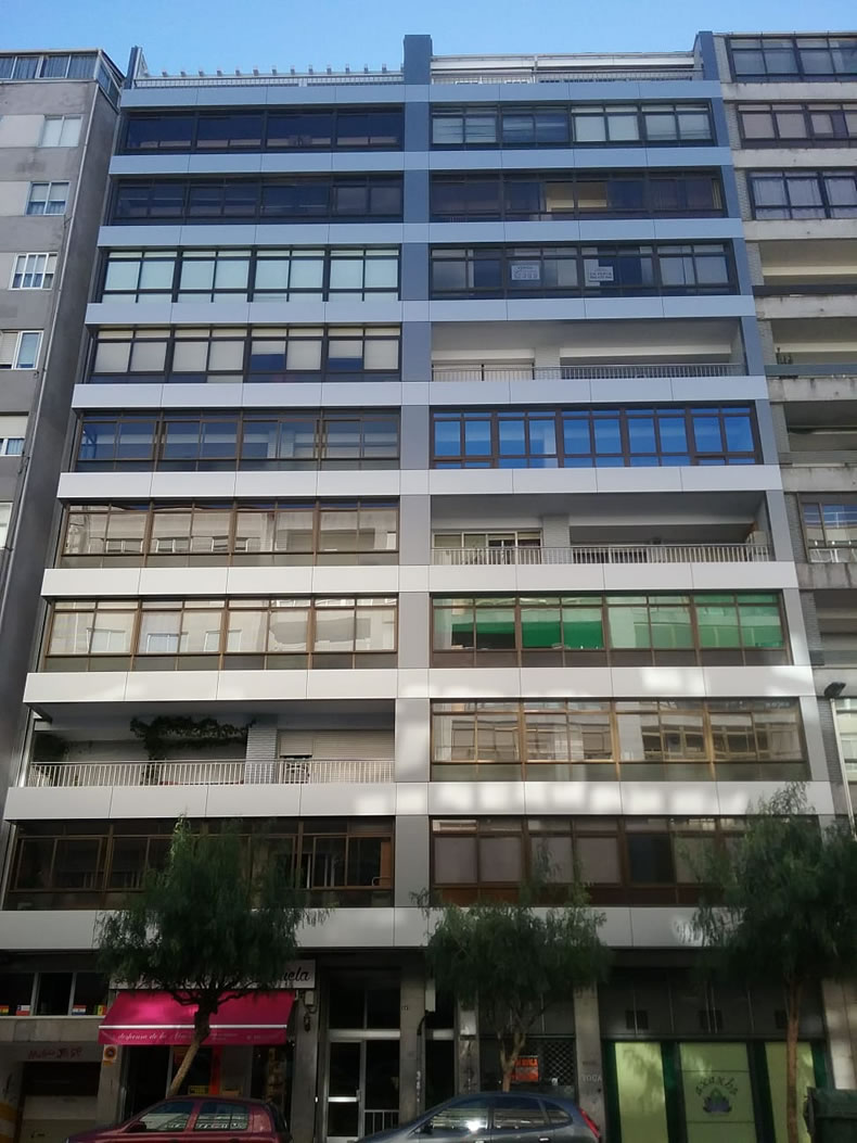 Imagen de la rehabilitación de fachadas en dos colores LEMA STACBOND
