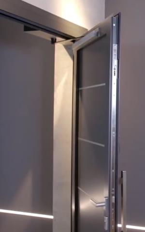 Imagen de detalle de las soluciones completas de apertura para puertas batientes que las convierten en puertas automáticas-motorizadas iSelf