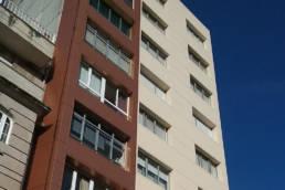 Rehabilitación de fachada de este edificio en Marín con dos colores LEMA STACBOND