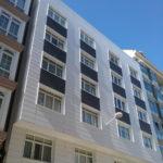 Imagen de la fachada ventilada rehabilitada con panel cerámico extrusionado en A Coruña