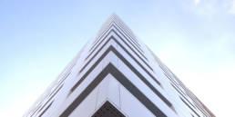 Imagen de detalle del artículo sobre Edificios en primera línea de playa protegidos con composite tricapa y soluciones completas LEMA STACBOND