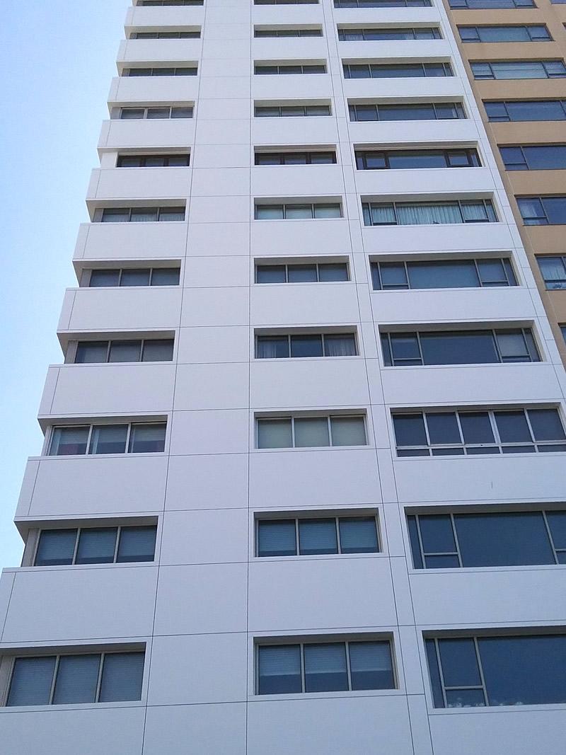 Imagen principal del artículo sobre Edificios en primera línea de playa protegidos con composite tricapa y soluciones completas LEMA STACBOND