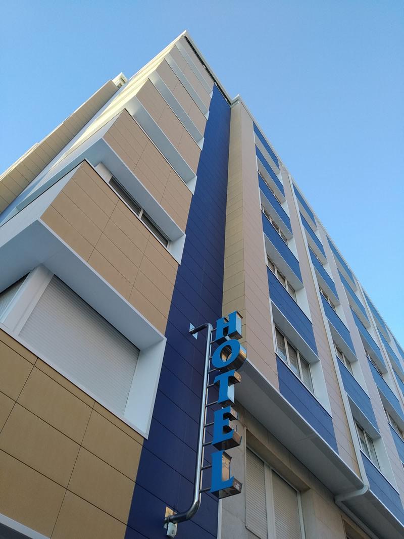 Imagen del revestimiento con fachadas ventiladas cerámicas de la marca FAVETON para el Hotel Villa e Marín