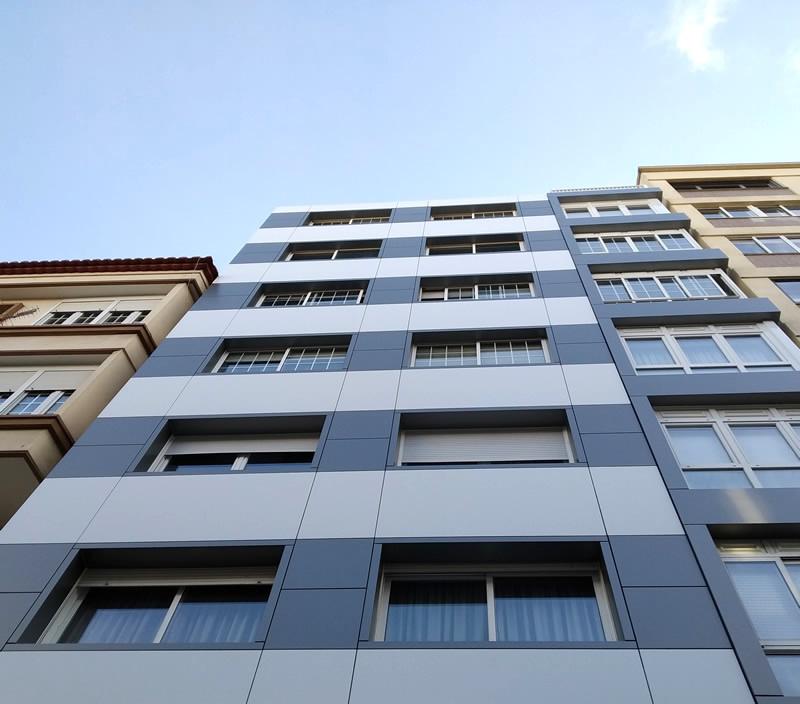 Imagen de la obra de rehabilitación de fachadas ventiladas San Pedro de Mezonzo 38 en Santiago con sistemas constructivos LEMA STACBOND