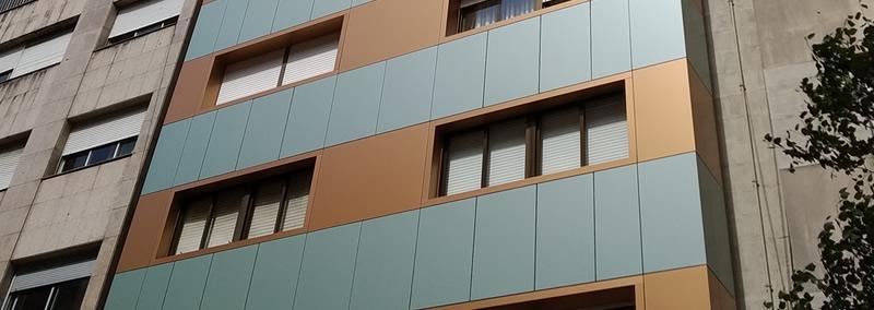 Imagen de detalle de la obra de rehabilitación de fachada, envolvente arquitectónica, en Paseo de Colón 20 en Pontevedra con soluciones completas LEMA STACBOND