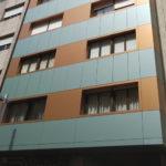 Imagen de detalle de la obra de rehabilitación de estas fachadas en el Paseo de Colón 20 en Pontevedra con soluciones completas LEMA STACBOND