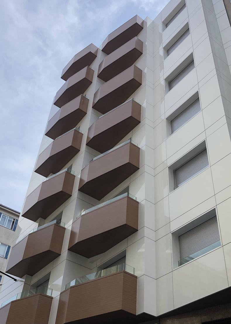Imagen principal del artículo sobre la obra de fachada ventilada y revestimiento de balcones en Ourense