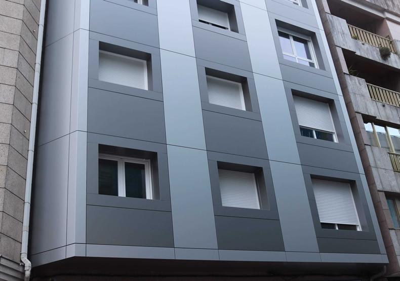 Vista de detalle del edificio de viviendas rehabilitado con las soluciones LEMA STACBOND para fachadas ventiladas en Pontevedra