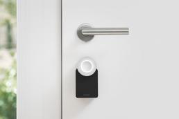 Imagen principal Nuki Smart Lock montado en una puerta