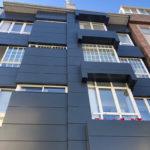 Imagen tomadas tras la rehabilitación de esta fachada ventilada en Lalín con las soluciones LEMA STACBOND