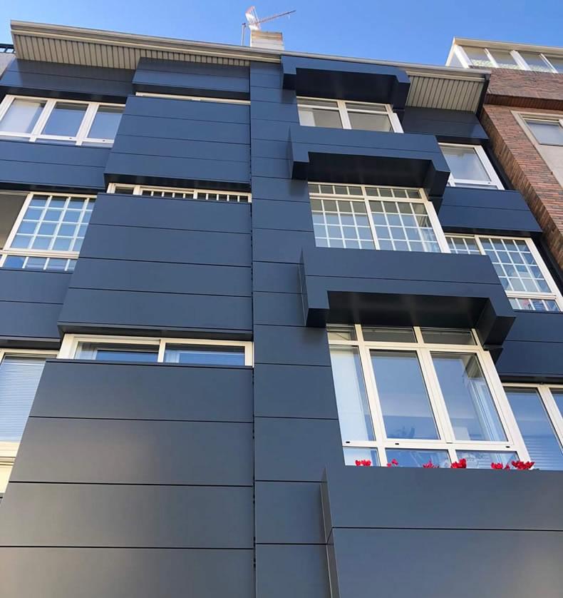 Imagen tomada tras la rehabilitación de esta fachada ventilada en Lalín con las soluciones LEMA STACBOND