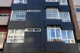 Imagen principal tras la rehabilitación de esta fachada ventilada en Lalín con las soluciones LEMA STACBOND