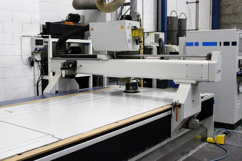 Imagen de detalle de uno de los pantógrafos dentro de las líneas de producción de Laminados LEMA
