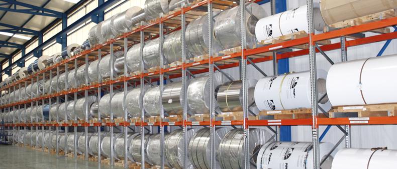 Imagen de detalle del almacén de bobinas junto las líneas de producción de Laminados LEMA