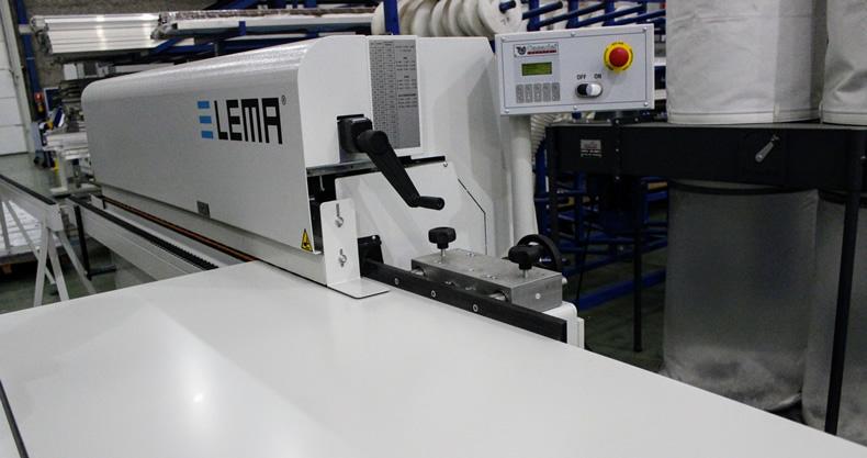 Imagen de detalle del proceso de canteado en las líneas de producción de Laminados LEMA