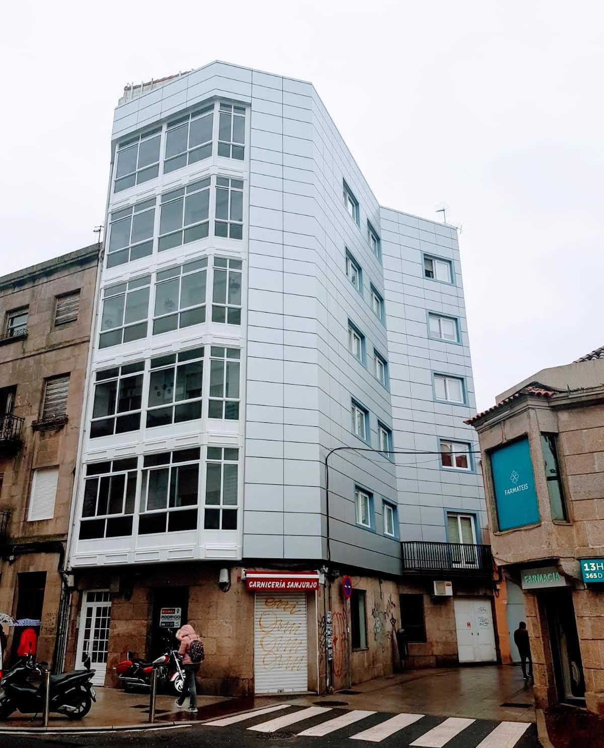 Imagen general de las fachada ventilada con múltiples esquinas en Vigo