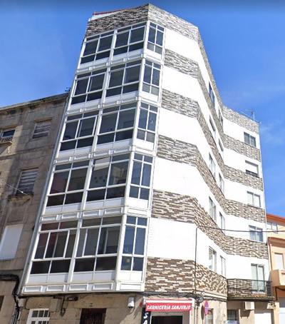 Imagen principal del edificio en la calle Sanjurjo Badía de Vigo, antes de la obra de rehabilitación de sus fachadas