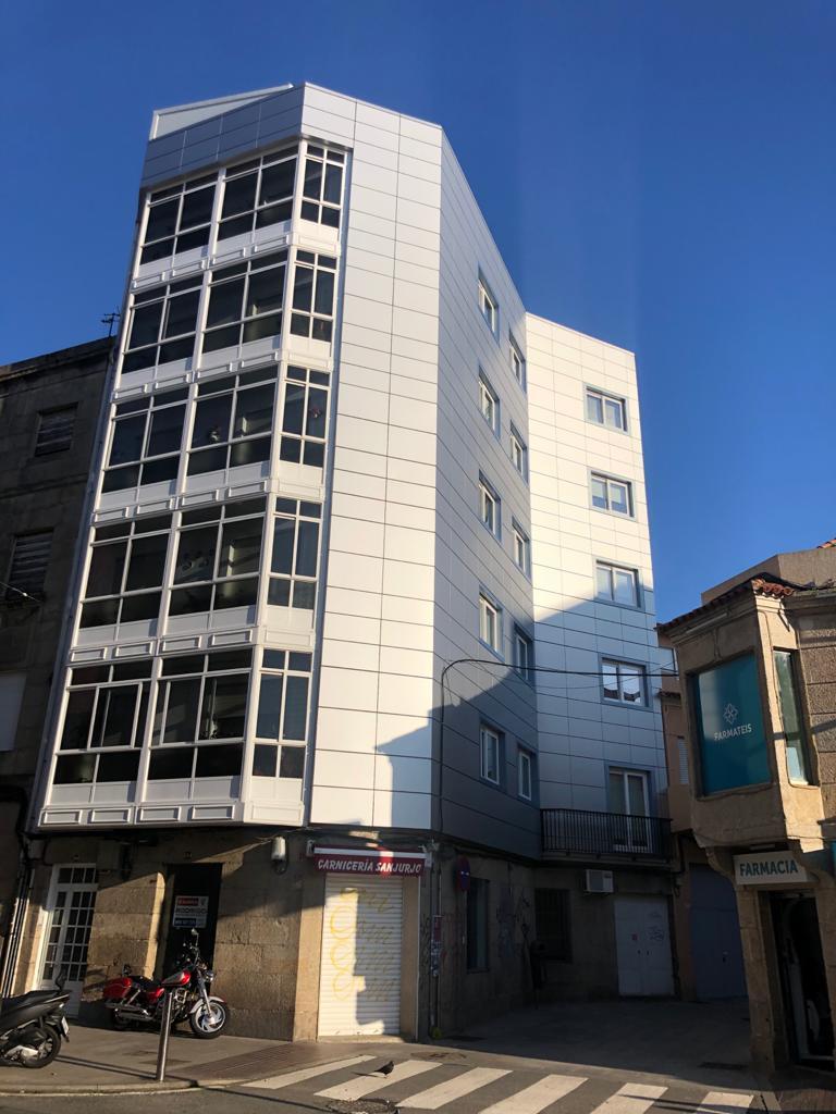 Imagen general de las fachadas ventiladas con múltiples esquinas en la calle Sanjurjo Badía de Vigo