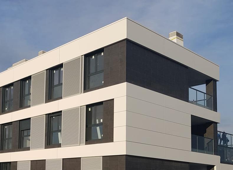 Imagen de detalle de la nueva urbanización en Oleiros revestida con nuestras soluciones LEMA STACBOND