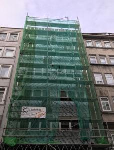 Imagen tomada durante la instalación de esta fachada ventilada en A Coruña con soluciones arquitectónicas de calidad LEMA STACBOND