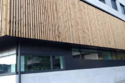 Imagen principal fachada combinación composite y madera oficinas del Ayuntamiento de Pontevedra