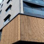 Imagen principal de la fachada que combinación composite y ornamentación en madera