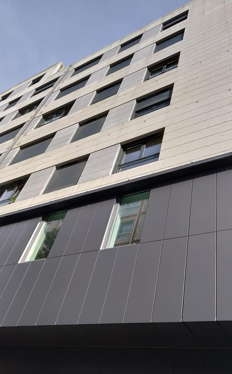 Imagen de la fachada posterior de esta fachada ventilada con los sistemas LEMA STACBOND