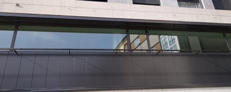 Imagen de detalle fachada combinación composite y madera oficinas del Ayuntamiento de Pontevedra
