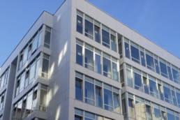 Imagen principal de la obra de fachada ventilada blanca en Avenida de Finisterre en A Coruña