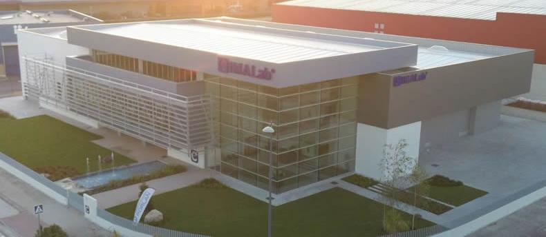 Imagen aérea de noticia Naves industriales con fachadas LEMA STACBOND - STB T Remachado
