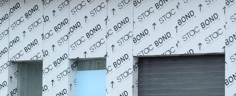 Imagen tomada durante instalación de la fachada con panel composite pegado