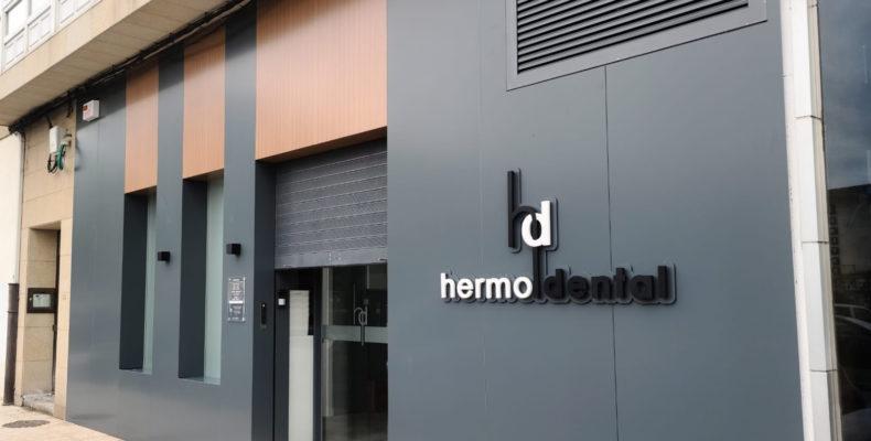 Imagen principal de la fachada terminada con las soluciones LEMA en la Clínica Hermo Dental
