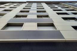 Imagen detalla de gran edificio de viviendas en Santiago de Compostela