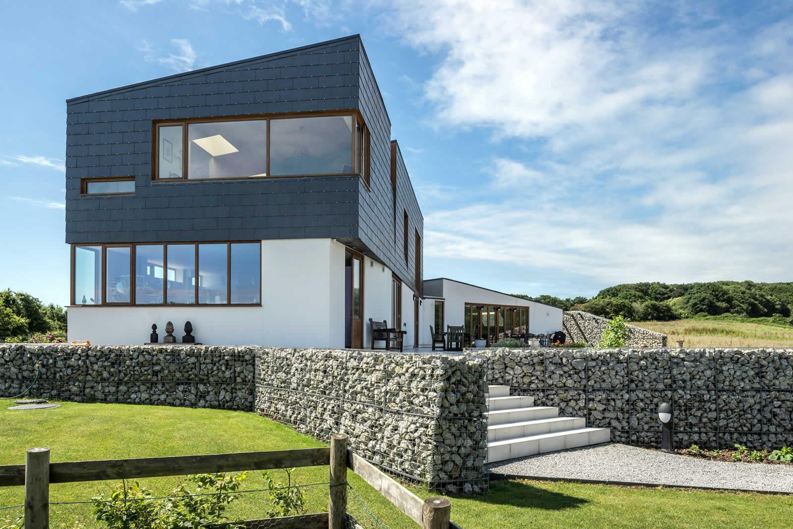 Imagen del Split House_ South Essex (UK) con fachada ventilada con los sistemas CUPACLAD de CUPA