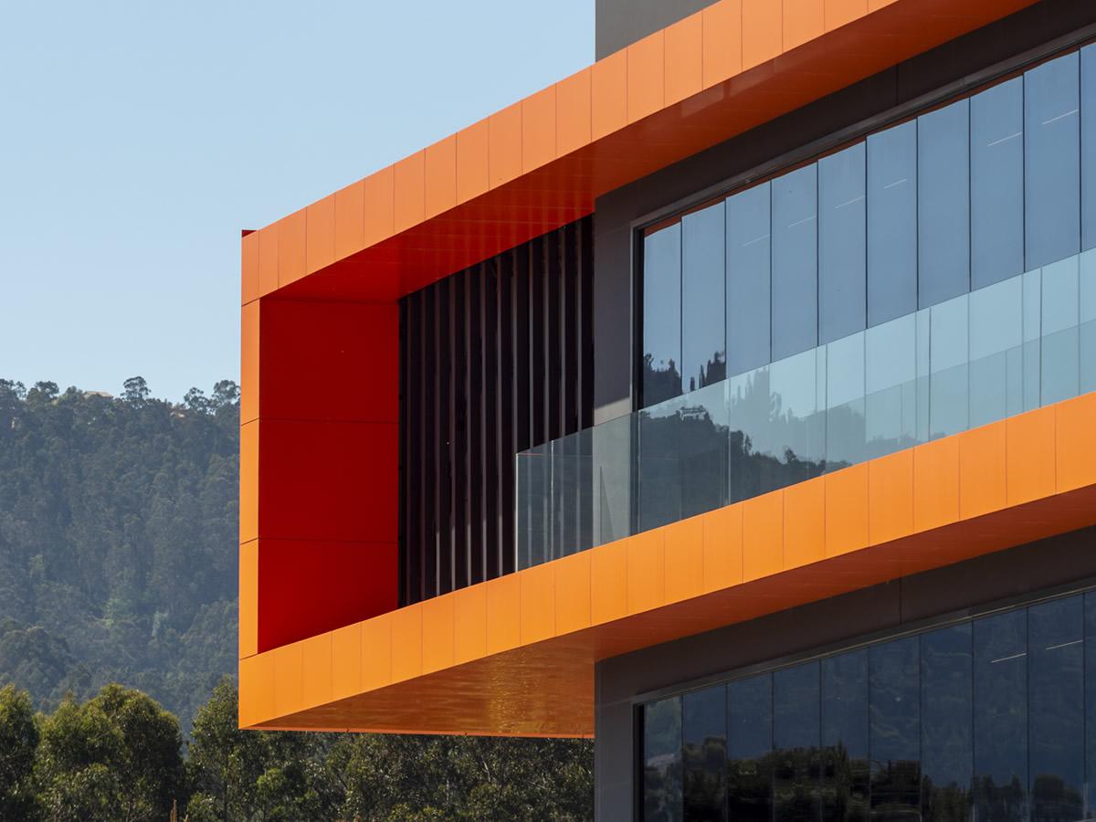 Imagen detalle Nave Distribuciones Rivas con las soluciones para fachadas ventiladas LEMA STACBOND