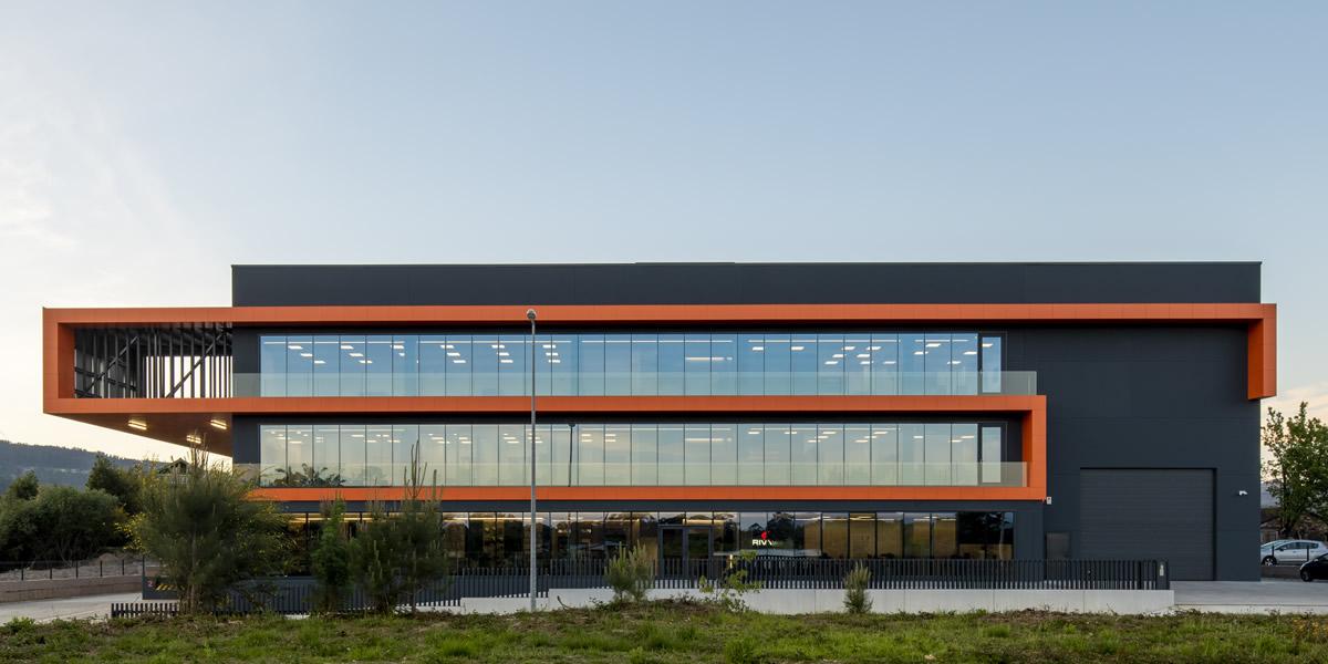 Imagen faldón Nave Distribuciones Rivas con fachadas ventiladas LEMA STACBOND