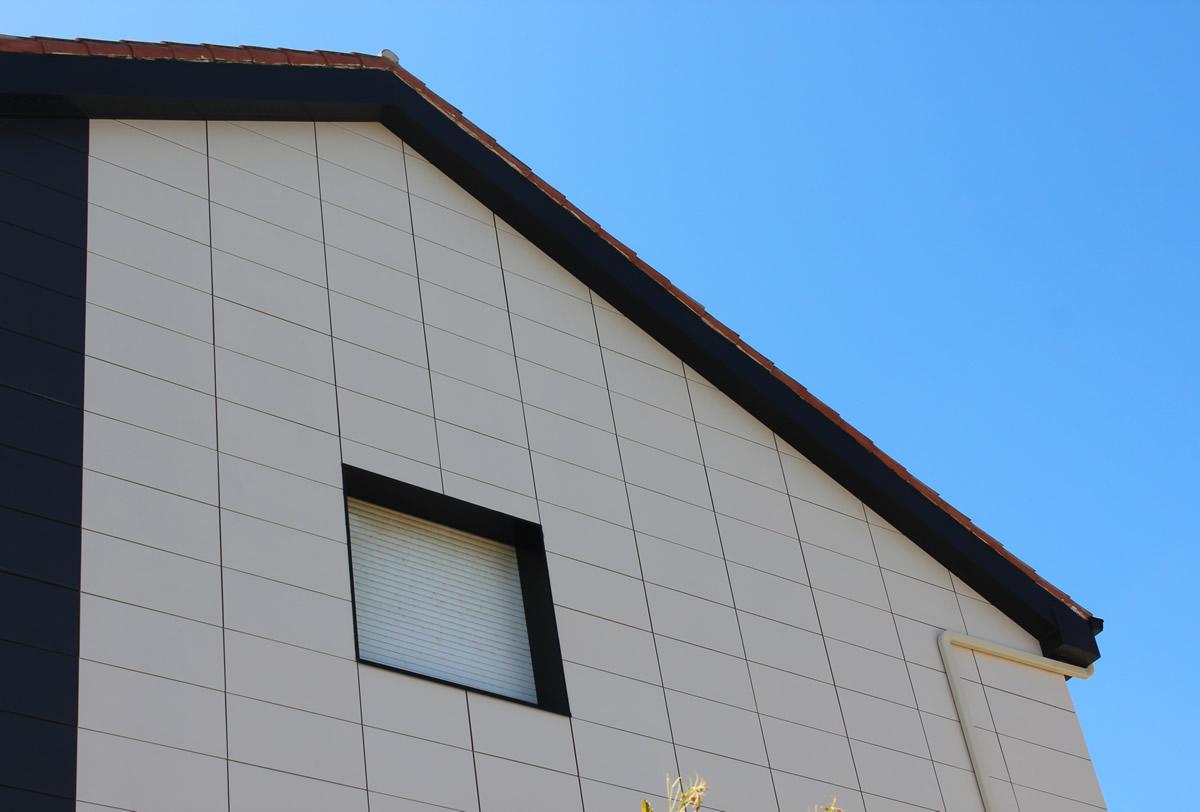 Imagen de detalle de fachada con placa cerámica CERAM 20 en Moltalvo, Sanxenxo