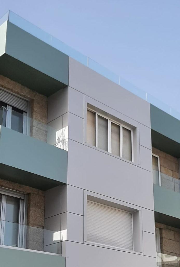 Imagen de detalle de fachada ventilada con composite en la Avenida de Madrid de Sanxenxo