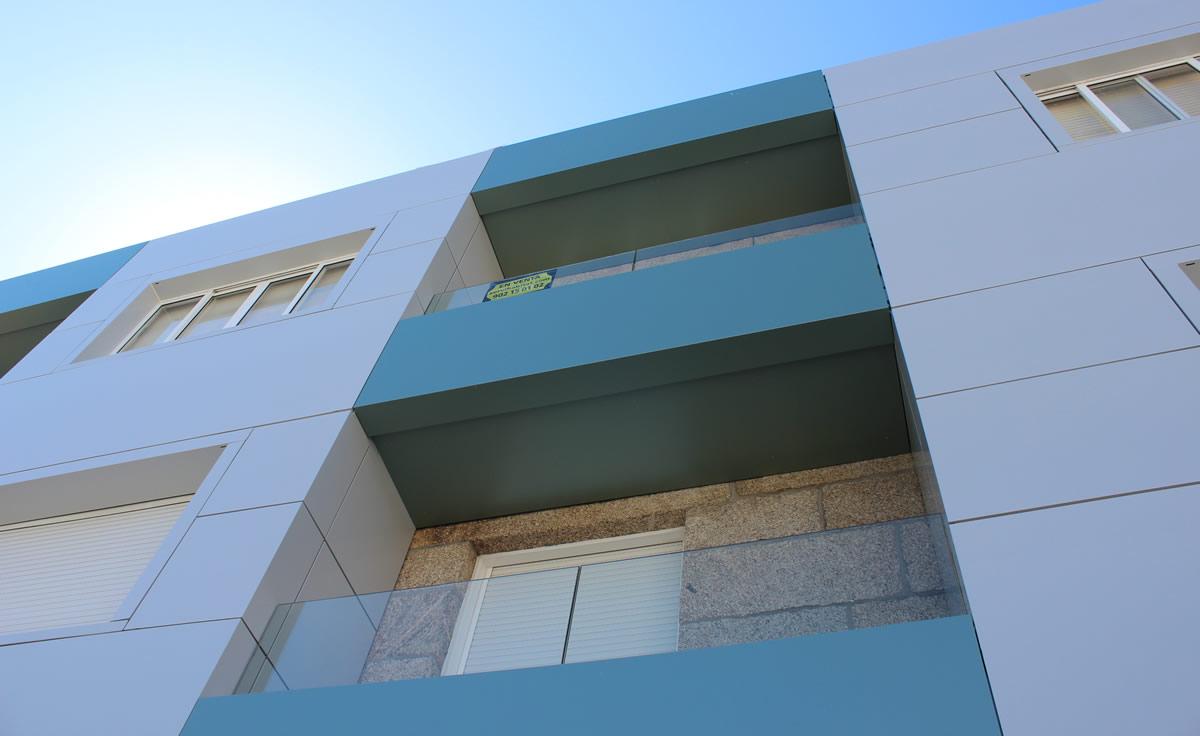 Imagen detalle de fachada ventilada y balcones en Sanxenxo